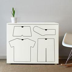 Typisch een klerenkast voor mijn zoons. Al vraag ik me af of ze de hint zullen begrijpen...