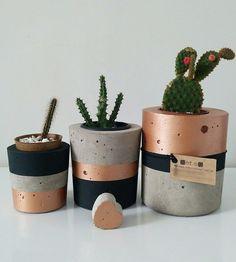 Kit Bonaire no Diy Concrete Planters, Concrete Pots, Painted Plant Pots, Painted Flower Pots, Concrete Crafts, Concrete Projects, Diy Home Crafts, Diy Wall Art, Plant Decor