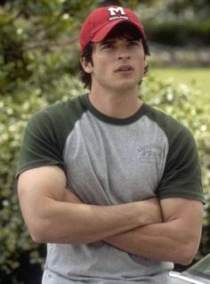 tom welling. can we just sit back and appreciate those guns.
