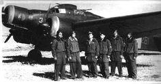 L'equipaggio del s.ten. Aichner autore dell'affondamento del cacciatorpediniere inglese Bedouin silurato il 15 giugno 1942 durante la cosidetta battaglia di mezzo giugno Sul velivolo S 79 si legge chiaramente il numero identificativo di squadriglia 281.