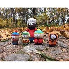 "Hello there children!😀 Клевый мультик, я люблю посмотреть, но юмор, по-моему, иногда на грани🔫 типа ""зря вы так с пацаном.."" и пр😆 Но все-равно я их люблю😊  А вам нравится South Park? #southpark #amigurumi #southparkcrochet #wildnwoolly #южныйпарк #стэн #stanmarsh #кайл #kylebroflovski #эриккартман #ericcartman #кенни #kennymccormick #баттерс #butters #шеф #chefmcelroy"