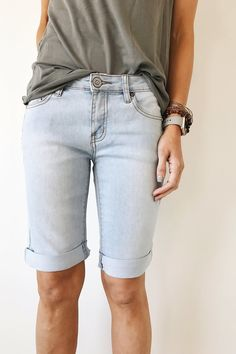 13 Cute Pairs of Knee-Length Shorts Perfect for Summer 2017 – Summer Outfit Ideas Modest Summer Outfits, Modest Shorts, Short Outfits, Cute Outfits, Knee Length Shorts, Knee Length Dresses, 70s Fashion, Modest Fashion, Bermuda Shorts Outfit