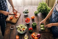 Married couple cooking together dinner vegetables salad in home kitchen, top view Entree Recipes, Raw Food Recipes, Veggie Recipes, New Recipes, Healthy Recipes, Healthy Menu, Healthy Cooking, Food Handling, Couple Cooking