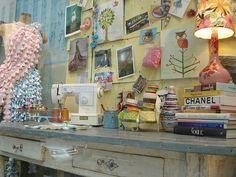 Pour les créatives voici quelques photos d'ateliers dans lesquelles on peut piocher des tas d'idées!!! (photo: Home shopping spy link) (photos: Unplggd link) (photo: Sewing Bee link) (photo: link) (photo: Red neck chic link) (photo: Love Cozy link) (photo:...