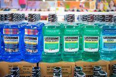 Protože mnoho znás je rádo připraveno na každou situaci, naše lékárničky zcela přetékají všemožnými léky ať už přírodními či zlékárny. Určitě už jste slyšeli, že mnoho zpřípravků užívaných vkoupelně lze použít i po celé domácnosti, ale napadlo vás, že i obyčejná ústní voda může být něco víc? Dokonce existuje několik takových nečekaných použití pro Listerine …