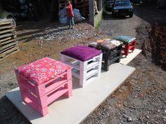 gartenmoebel aus paletten hocker in 2020 Pallet Garden Furniture, Couch Furniture, Recycled Furniture, Outdoor Furniture Sets, Pallets Garden, Furniture Removal, Furniture Design, Pallet Crafts, Diy Pallet Projects