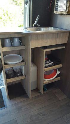 Veel opbergruimte in een kleine keuken in onze camper