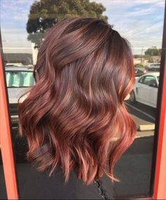 Are you going to balayage hair for the first time and know nothing about this technique? We've gathered everything you need to know about balayage, check! Auburn Balayage, Brown Hair Balayage, Hair Color Balayage, Red Balyage, Rose Gold Balayage Brunettes, Balayage Highlights, Copper Balayage Brunette, Hair Colour Ideas For Brunettes, Balayage Hair Dark Short