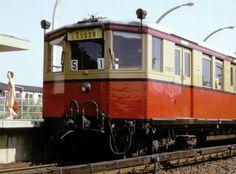 """Der """"Dueppel Express"""" hier beim Halt im Bahnhof Zehlendorf-Sued im Sommer 1973"""