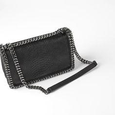 10 sacs à main parfaits pour la saison | coupdepouce.com Parfait, Sauce, Wallet, Chain, Bags, Fashion, Purse, Zara Handbags, Sling Bags