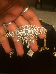 Gorgeous Bajubandh/Vanki. Jewelry Design Earrings, Gold Jewellery Design, Simple Jewelry, Jewelry Patterns, Indian Jewelry, Jewelery, Fashion Jewelry, Diamond Choker, Diamonds