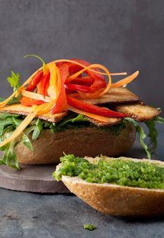 Veganes Pesto-Sandwich: http://www.gofeminin.de/kochen-backen/vegane-kleinigkeiten-d53710c614647.html #vegan #sandwich