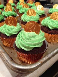 St Patrick's Day Cupcakes: Gold cupcake wrappers, green frosting, and a gold coin... easy treats.