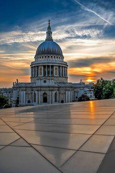 Construite en 1666 à la suite d'un grand incendie, la cathédrale St Paul (St Paul's Cathedral) se situe au cœur de la City. http://www.cityoki.com/fr/londres/decouvrir/cathedrale-st-paul