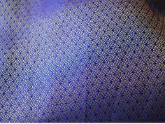 Ceci est une belle minuscules motifs de tissage Brocade Fabric dans l'or et bleu royal.  Vous pouvez utiliser ce tissu pour faire des robes, des tops, chemisiers, vestes, de l'artisanat, des...