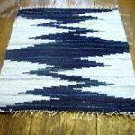 On Rag Weaving: Susan Johnson of Avalanche Looms - Denim And White - Ideas of Denim And White - Denim Rug: so love this! It would be beautiful in my bathroom floor thinking about trying to crochet something like it with old jeans and/or tshirts! Weaving Textiles, Weaving Patterns, Tapestry Weaving, Loom Weaving, Hand Weaving, Denim Rug, Peg Loom, Weaving Projects, Rag Quilt