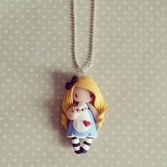 Collier Alice petite reine de coeur - madame manon. 18€ Polymer Clay Figures, Polymer Clay Dolls, Polymer Clay Miniatures, Polymer Clay Creations, Bookmarks For Books, Biscuit, Chibi, Diy Clay, Clay Charms