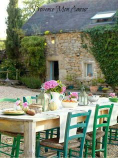 A peaceful place for breakfast. Via the Provence mon Amour Facebook page.