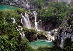 Lagos de Plitvice en #Croacia. Es el más conocido, está protegido como zona natural desde 1929 y declarado Patrimonio de la Humanidad por la Unesco. Sus 16 lagos están unidos por cascadas y cataratas. Se puede recorrer a través de senderos y pasarelas, en barco y con vehículos eléctricos especiales.