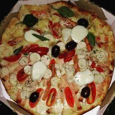 """Uauuu que delícia!  """"Meia Pompéia e meia Margherita especial"""" #acasadapizzarv www.acasadapizza.net"""