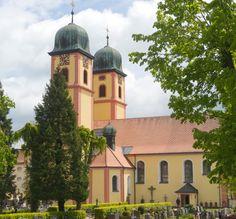 Die Marienkirche in St. Märgen  mit ihren beiden Türmen und der markanten Farbgestaltung  und die  weitläufigen Fronten des Klosters St. Peter. Dieses wurde 1093 gegründet, brannte viermal im Laufe der Geschichte ab und wurde immer wieder aufgebaut.  Die jetzige Ansicht stammt aus dem 18 . Jahrhundert, der Barockzeit, eher dem Spätbarock, die Rokoko Bibliothek ein Zeichen des französischen Einflusses auch in die deutsche Architektur.