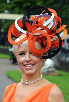 Extravagante // orange fascinator, Kentucky Derby hat, church hats for women Funky Hats, Crazy Hats, Caroline Reboux, Royal Ascot Hats, Fascinator Hats, Orange Fascinators, Sinamay Hats, Pamela, Kentucky Derby Hats
