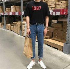 mens fashion trends which look cool. 80s Fashion Men, Korean Fashion Men, Vintage Fashion Men, Fashion Shoes, Fashion Vest, Fashion Guide, Fashion Edgy, Hipster Fashion, Celebrities Fashion