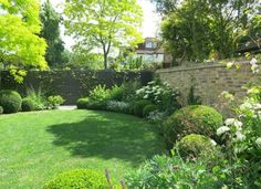 Constructed by Hammersmith and Chiswick Landscapes, the Garden of Barnes incorporates a herbaceous border.