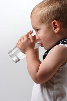 La sed y el niño: Empezó a buscar y rebuscar en el caño oxidado de la fuente, que le miraba  con su único ojo ciego, muy triste.