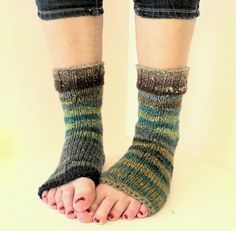Yoga socks knitted with noro kureyon Yoga Socks, My Socks, Knitting Socks, Leg Warmers, Legs, Fun, Shopping, Collection, Fashion