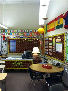 Classroom desk idea - Spanish Yo puedo .... bulletin board idea. I love the colors in this room and the use of the upper space. I wil put this into play; It is neat and organized.. a pet peave of mine.