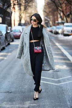 What Wear - Street Style Inspiration: A small and stylish cross-body bag is the easiest way to elevate an all-black look. Image via Fashion Vibe Fashion Blogger Style, Love Fashion, Winter Fashion, Fashion Trends, Fashion Story, Fashion Bloggers, Timeless Fashion, The Sartorialist, Who What Wear