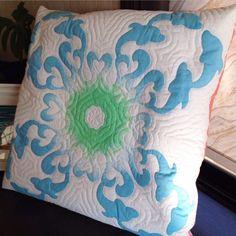 ドルフィンと波をモチーフにしてデザインしました。ハワイアンキルトのクッションカバーです。ブルーからグリーンの鮮やかな輪染めの生地を使用しました。寸法は 50c...|ハンドメイド、手作り、手仕事品の通販・販売・購入ならCreema。