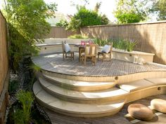 The use of multiple levels, diagonal lines in the decking and sinuous curves draws the eye around the space. Design by Jamie Durie