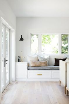 Home Decor Ideas. Cozy Reading Nook by Window in Living Room. Minimal Modern Home Tour in Mercer Island - Minimal Modern Entryway Living Room Living Room Seating, Cozy Living Rooms, Living Room Modern, Living Room Designs, Living Room Furniture, Living Room Decor, Living Spaces, Small Living, Bedroom Modern