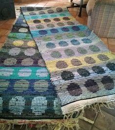 Sini-vihreät pallomatot Weaving Tools, Weaving Projects, Rya Rug, Recycled Fabric, Korn, Woven Rug, Textile Art, Fiber Art, Textiles