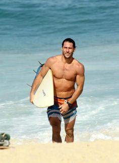 Flávio Canto exibe tanquinho em dia de surfe na praia do Leblon