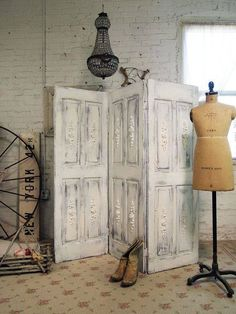 40 Creative Ways to Repurposed an Old Door - Vintage furniture that reuses and recycles old wood doors looks attractive and original. Creative recycled crafts and furniture design projects offer great inspiration for recycled old door tables by Joey Decor, Shabby Chic, Diy Furniture, Wood Doors, Doors Repurposed, Painted Cottage, Home Decor, Room Divider Doors, Doors