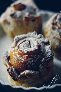 Apple in pastry with cardamon.  Anybody read Italian that wants to translate this for me??  It looks so good!