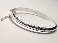 Pulsera de plata de primera ley tallada estilo brazalete de media caña de 5 mm de ancho para niña de 5,5 cm de diametro. REF.:110225460124. PRECIO: 30,10 €