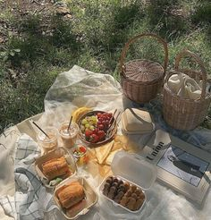 Picnic in the breeze — slow living. Comida Picnic, Picnic Date, Aesthetic Food, Aesthetic Outfit, Summer Aesthetic, Aesthetic Photo, Cravings, Summertime, Food Porn