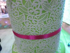 Zucchero e manualità certosina per una maglia che sembra fatta con uncinetto e cotone.