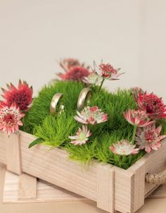 Blumenweise in einer Holzbox als Ringschachtel –wood ring box filled with grass and flowers – www.weddingstyle.de