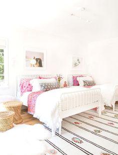 White walls that pop     White walls that pop:  www.stylemepretty...