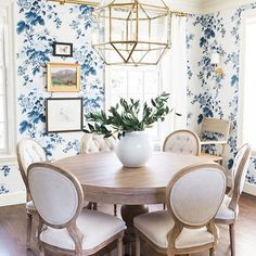 Best Traditional Dining Rooms and Chandeliers. Beautiful Traditional Dining Rooms and Chandeliers for All the dining room design ideas you'll need. Round Dining Table, Dining Room Table, Table And Chairs, Dining Chairs, Room Chairs, Wall Paper Dining Room, Wood Table, Tables, Dining Nook