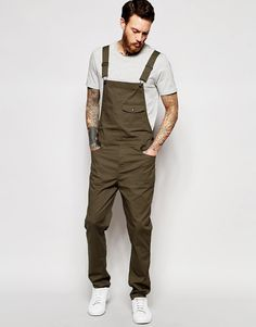 Should a Man Ever Wear Men's Overalls? Made famous by Kris Kross and also known as Shortalls, Coveralls and Union-Alls, we discuss whether men should ever wear overalls. Punk Outfits, Mode Outfits, Trendy Outfits, Fashion Outfits, Unisex Fashion, Mens Fashion, Herren Outfit, Love Clothing, Men Jeans