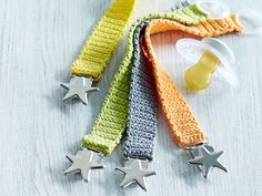 Pikkuisen tutti pysyy mukana somalla nauhalla. Juuri oikean värisen saa, kun virkkaa itse. Crochet Pacifier Clip, Knit Or Crochet, Cross Stitching, Fingerless Gloves, Arm Warmers, Weaving, Knitting, Pattern, Diy