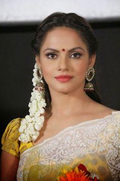 Actress Neetu Chandraa Stills Beautiful One, Looking Gorgeous, Hot Actresses, Indian Actresses, White Saree, Bride Flowers, Beautiful Indian Actress, India Beauty, Celebs