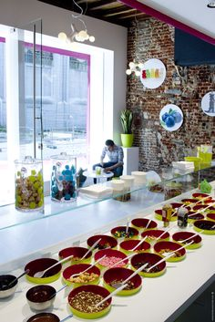 OR - Moochie frozen yoghurt Restaurant Bar, Restaurant Concept, Shawarma, Bar Lounge, Ice Cream Design, Yogurt Bar, Frozen Yogurt Shop, Smoothie Bar, Ice Bars