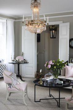 Detta vackra vardagsrum är inrett precis i min smak. Det tillhör inredaren Caroline Endre som bor ute på Djurgården här i Stockholm i ett gammalt och Q märkt hus.  Här har hon inrett med pudriga pasteller, vilket jag älskar. Precis som Caroline själv resonerat anser jag att huset i sig är så vackert och...